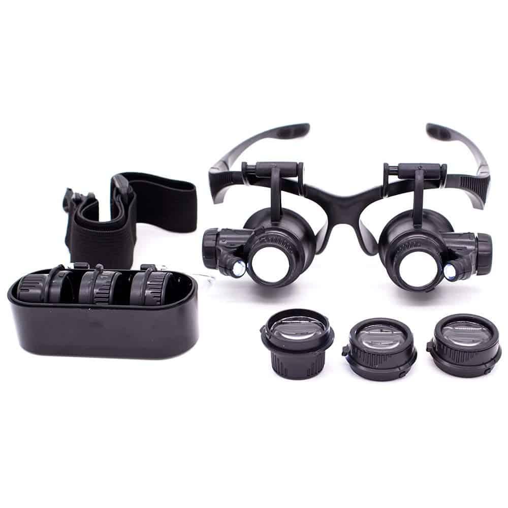 Uma lupa de cabeça em formato de óculos com várias lentes ao redor.