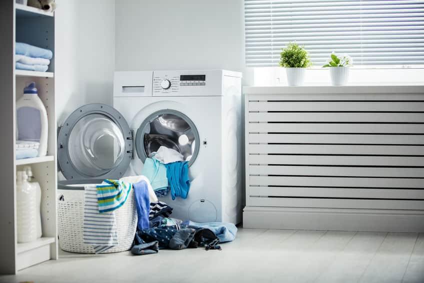 Imagem de máquina de lavar e roupas.