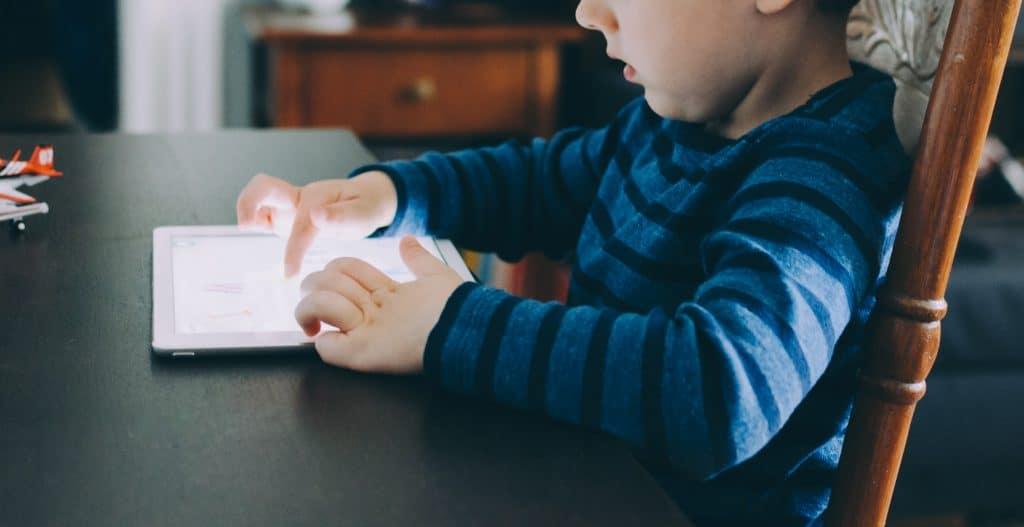 Imagem de uma criança usando um tablet.
