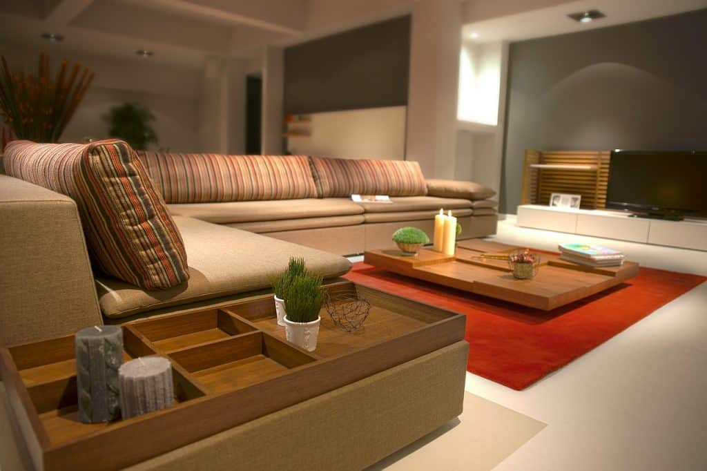 Imagem de sala de estar grande com mesa de centro de madeira.