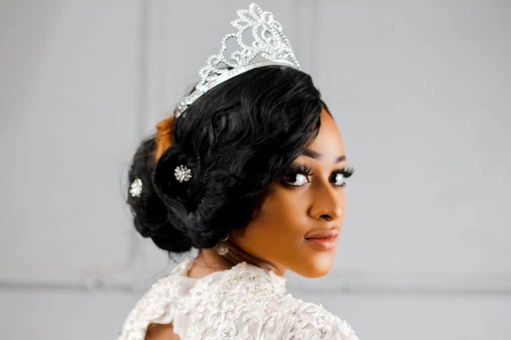 Imagem de mulher maquiada com coroa.