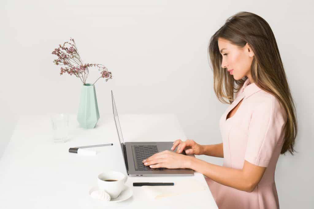 Imagem de uma mulher trabalhando