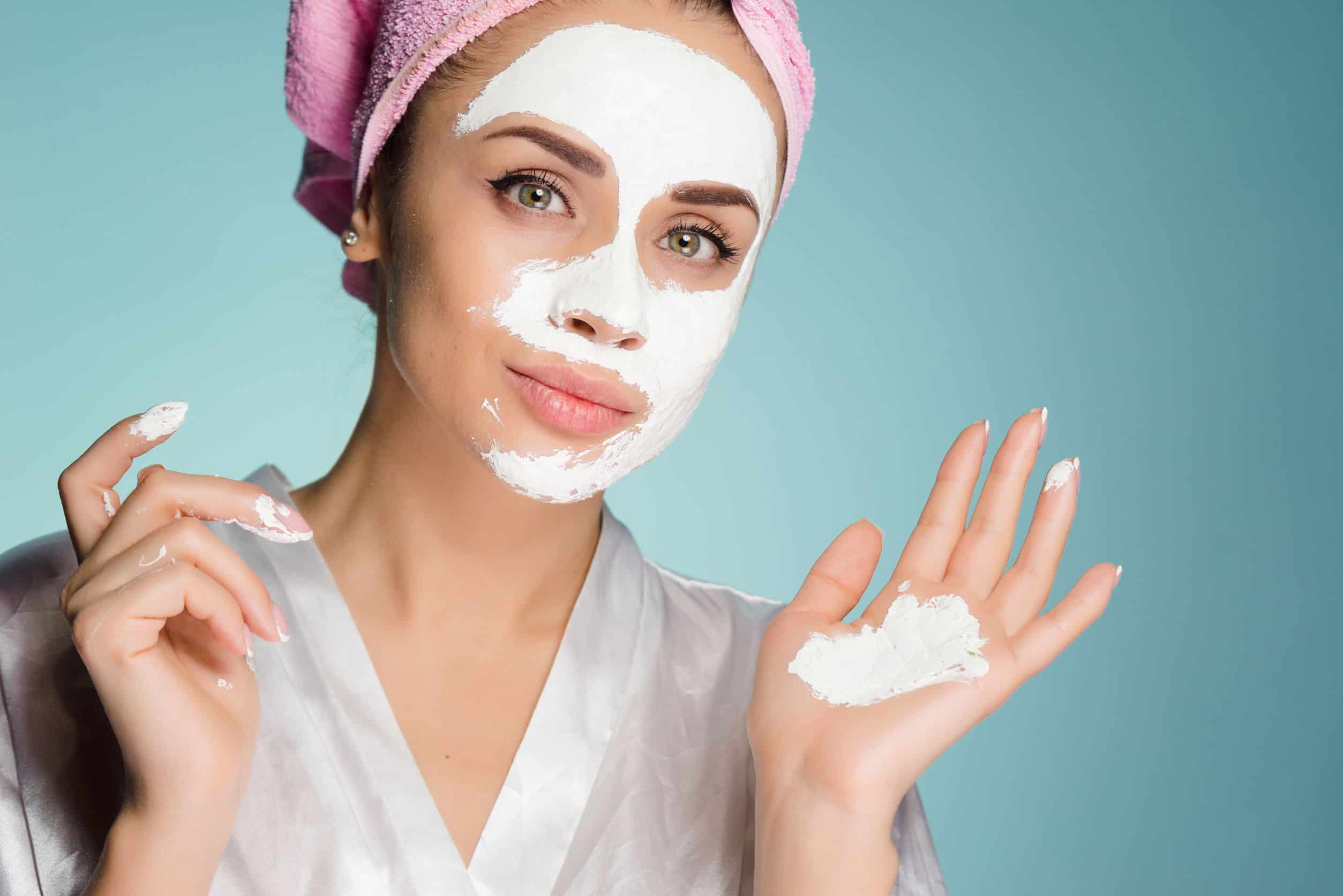 Imagem de uma mulher aplicando uma máscara facial.
