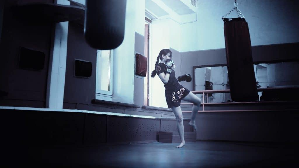 Imagem de mulher lutando.