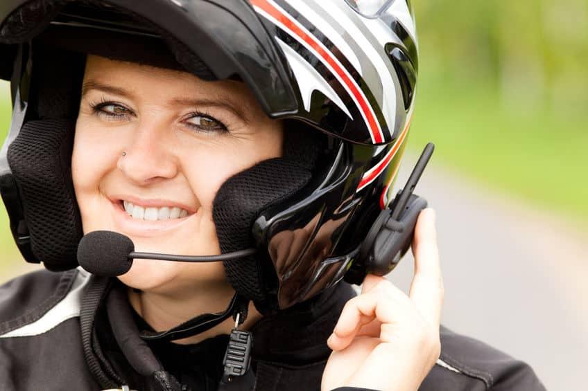Imagem de mulher com intercomunicador para moto.