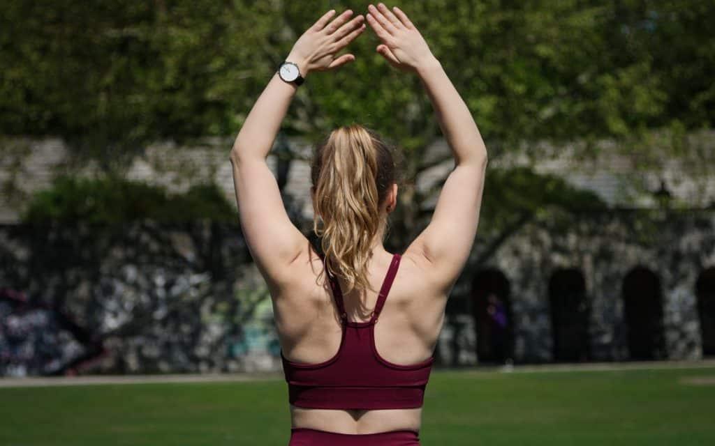 Imagem de uma mulher alongando.