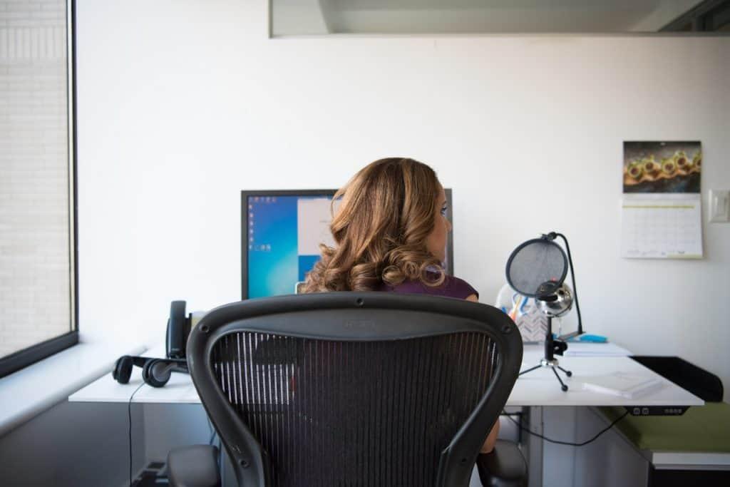 Imagem de uma mulher sentada em uma cadeira