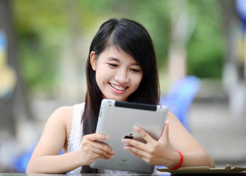 Imagem de uma menina usando um iPad.