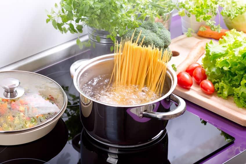 Espagueteira de inox com macarrão.