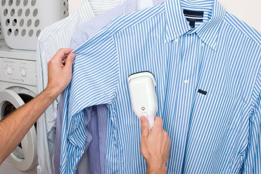 Imagem de pessoa passando camisa.