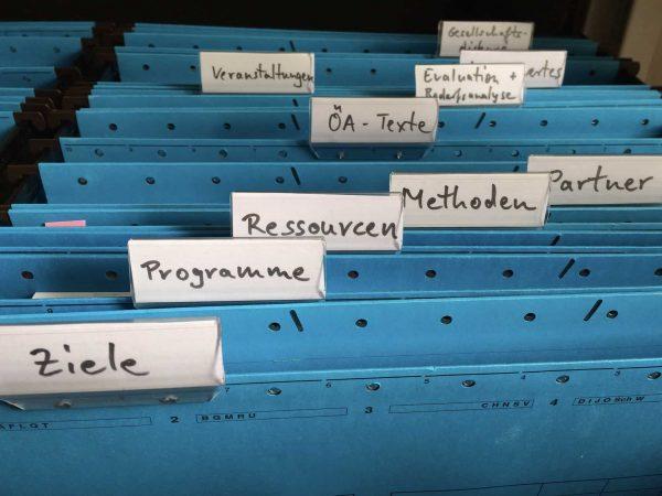 Visores e etiquetas ajudam a segmentar e organizar o arquivo.