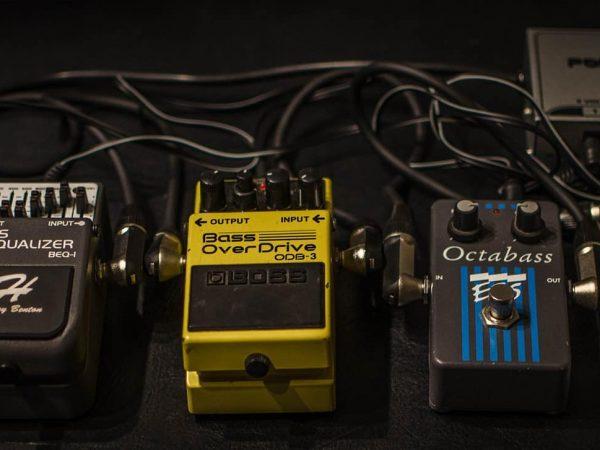 Fotografia de várias pedaleiras em diferentes cores e tamanhos, postas lado a lado, conectadas a uma central.