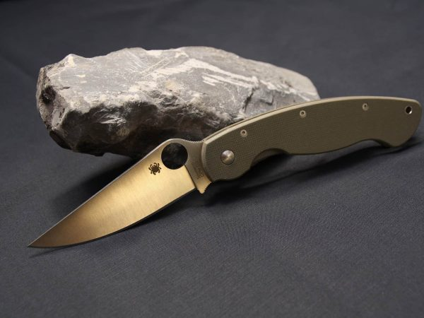 Uma pedra de amolar ao lado de uma faca.