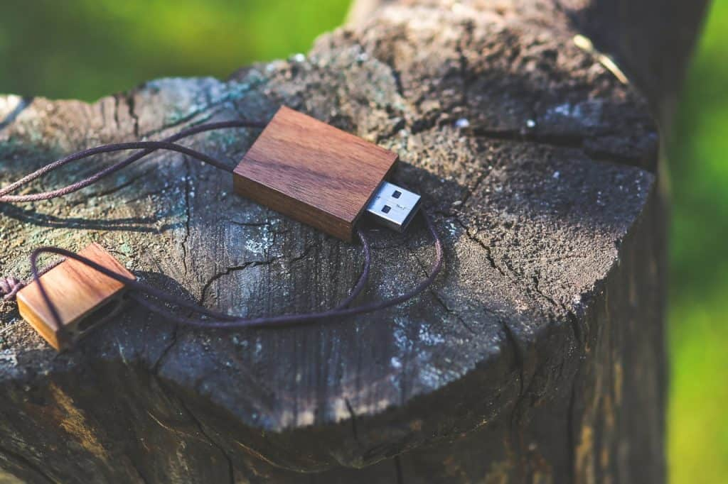 Imagem de um pen drive com caixa de madeira.