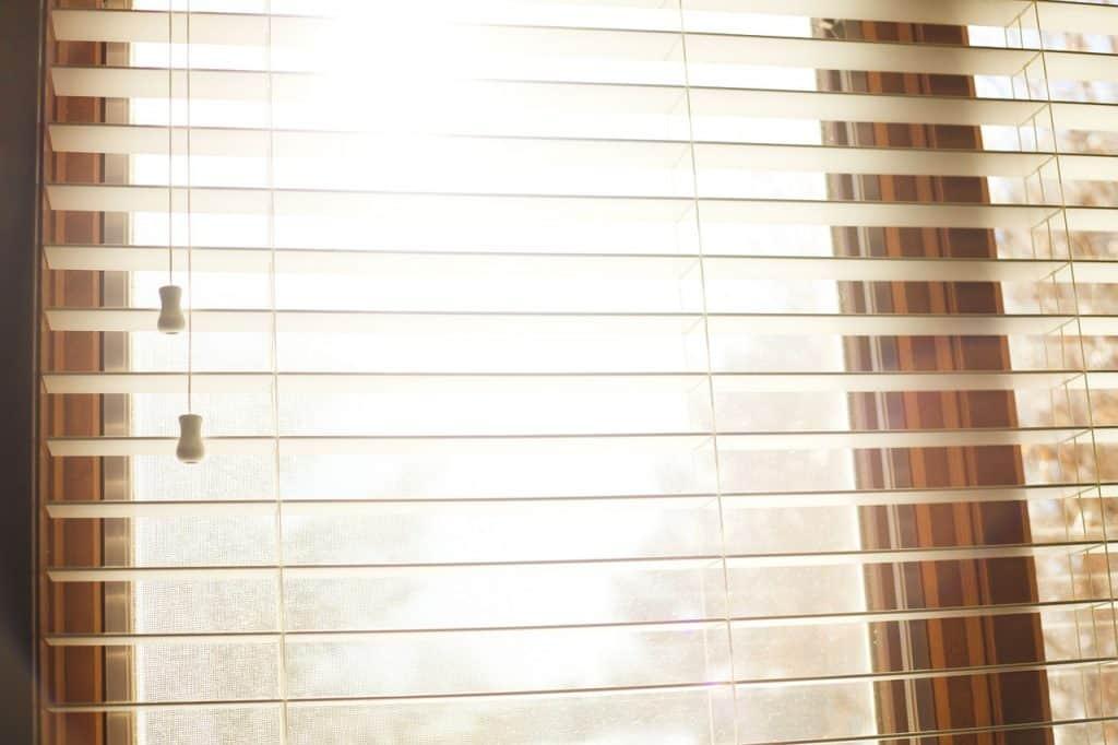 Janela com persiana aberta.
