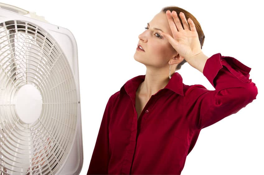 Mulher em frente a um circulador de ar.