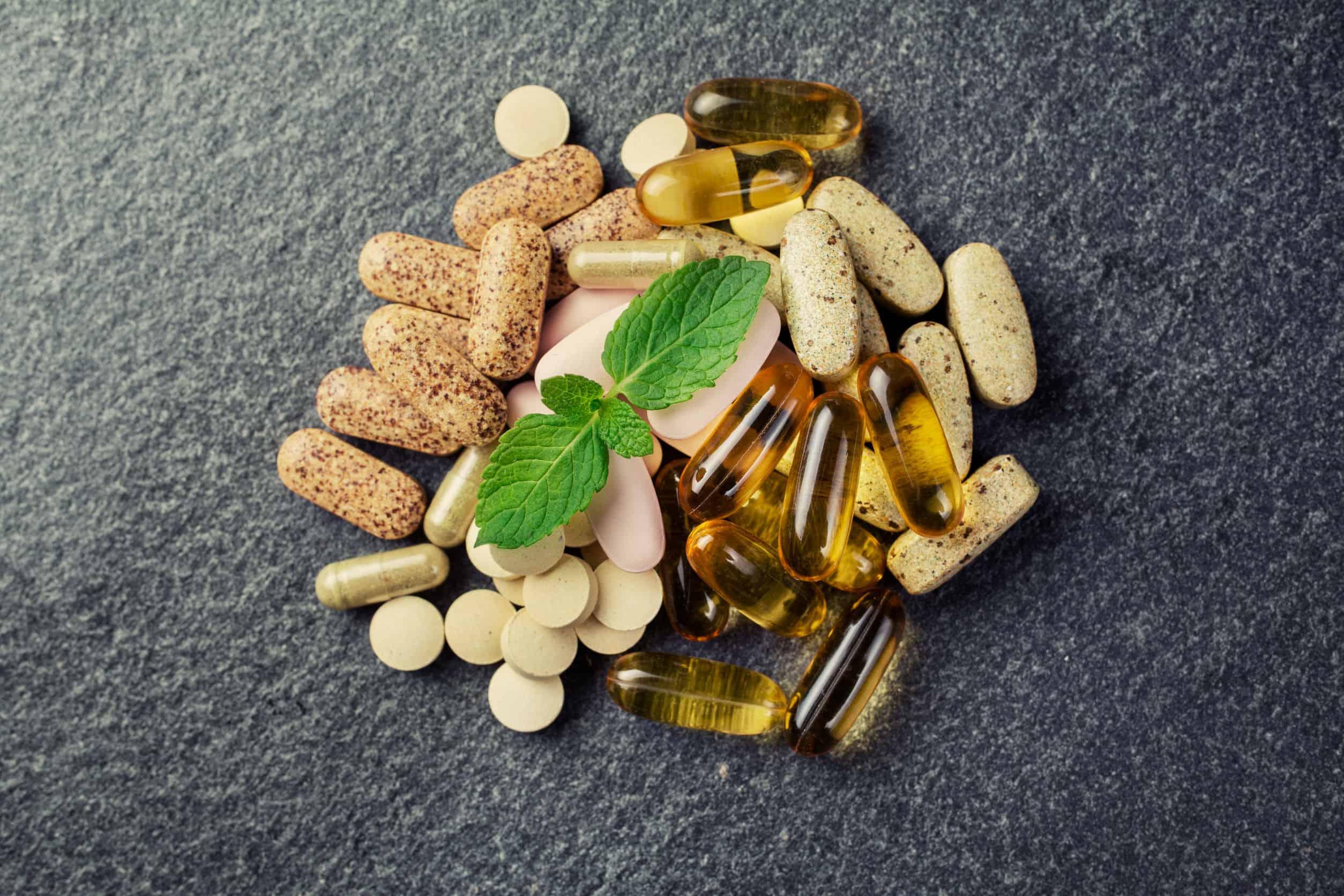 Cápsulas de vitaminas com fundo preto.