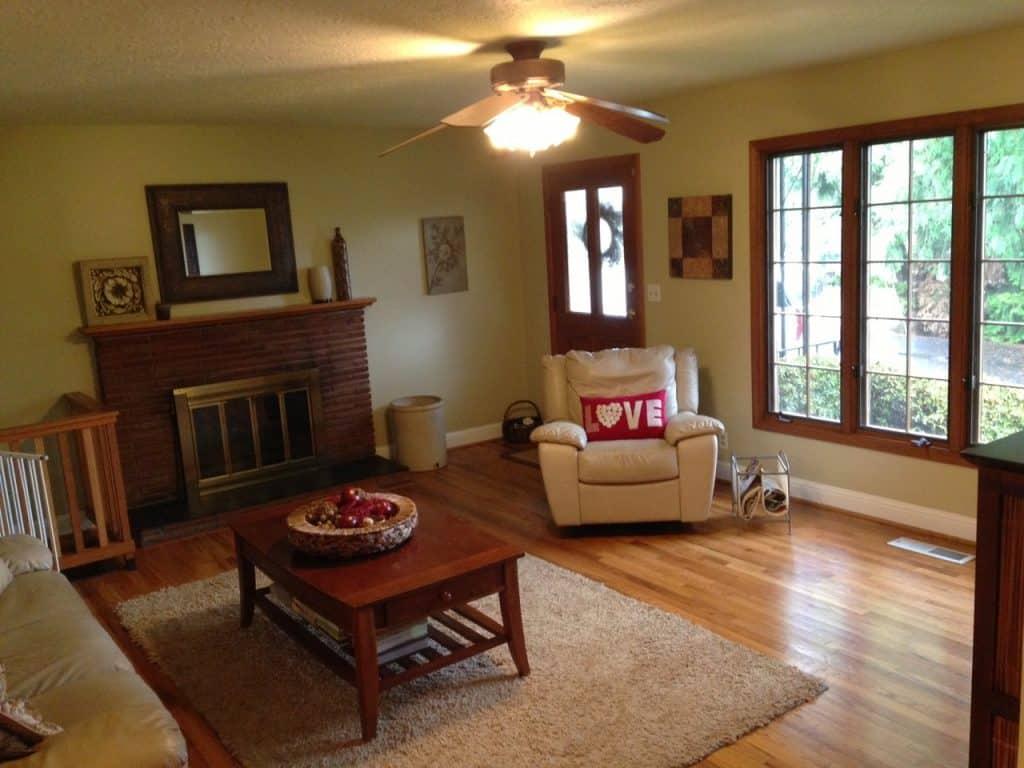 Imagem de uma poltrona reclinável em uma sala de estar.