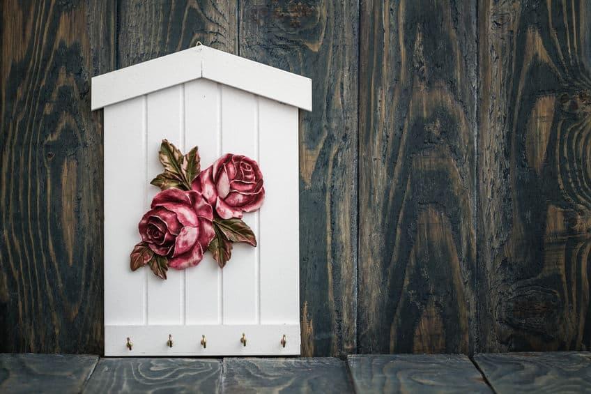 Imagem de porta chaves branco com rosa.