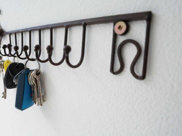 Um porta chaves de metal com chaves penduradas.