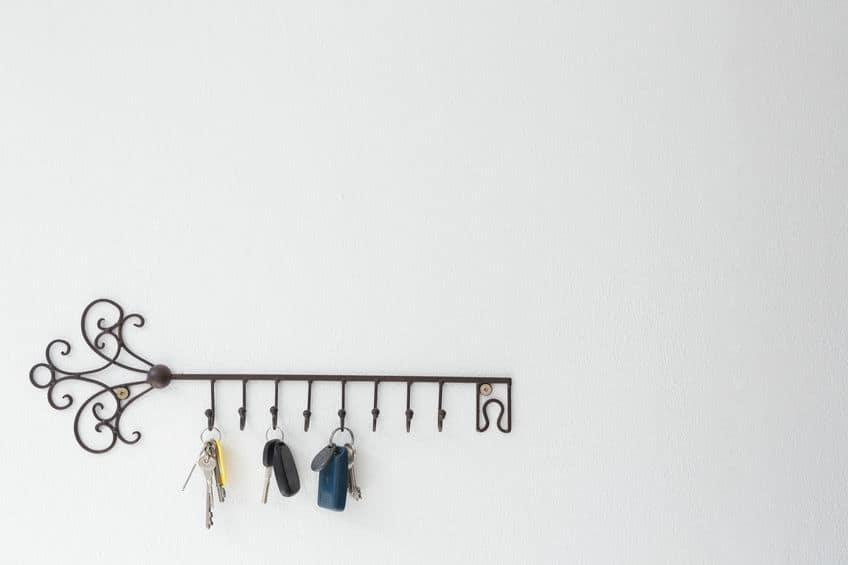 Um porta-chaves de metal que imita uma chave com chaves penduradas.