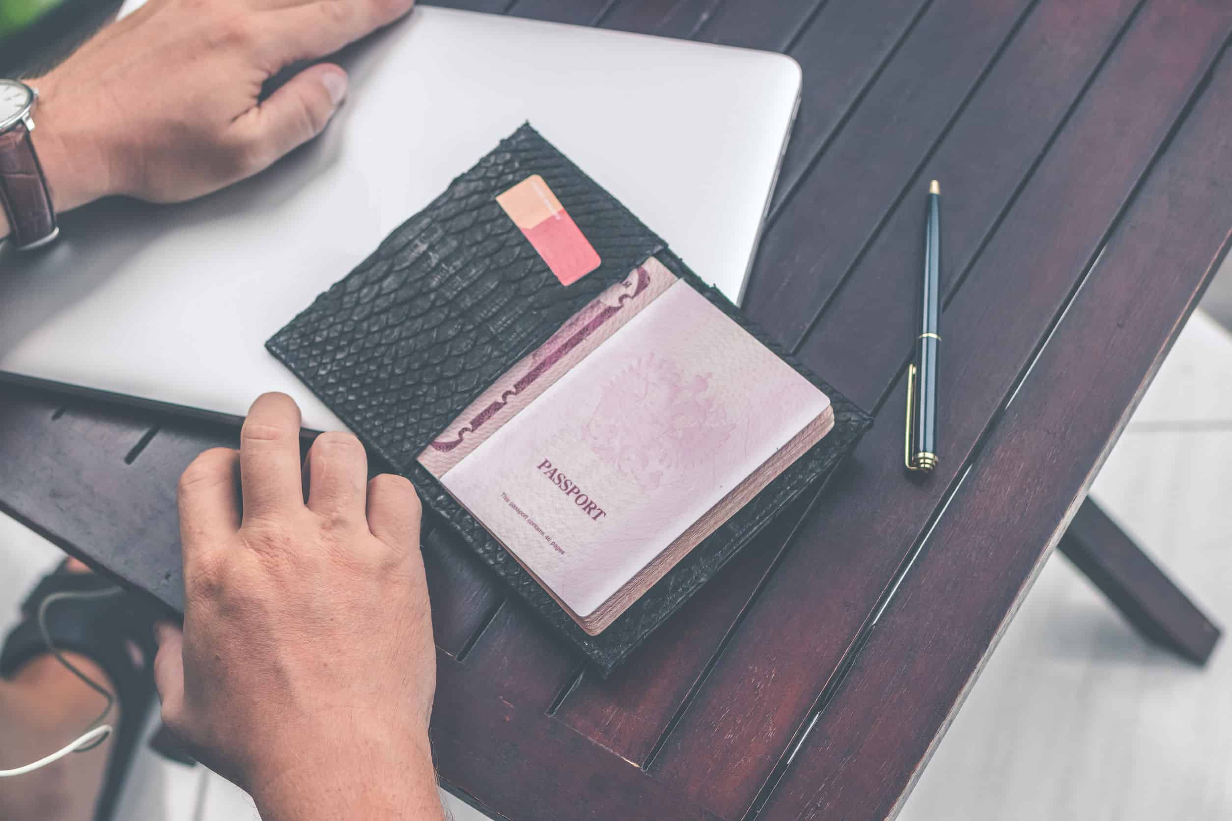 Imagem de passaporte em porta-documentos.