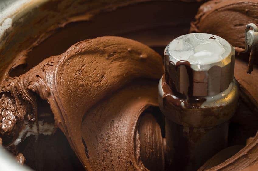 Máquina produzindo sorvete de chocolate.
