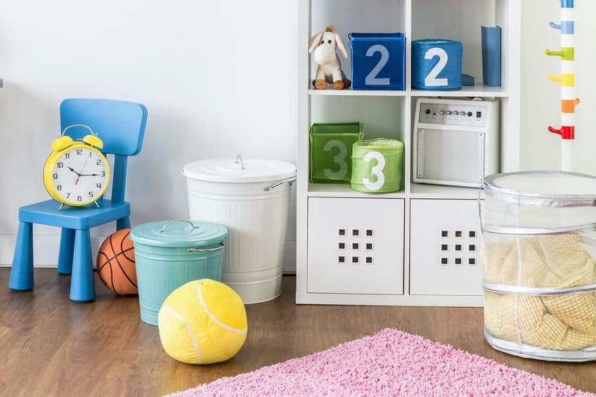 Quarto de criança com saco organizador, estantes organizadora e latões para guardar os brinquedos.