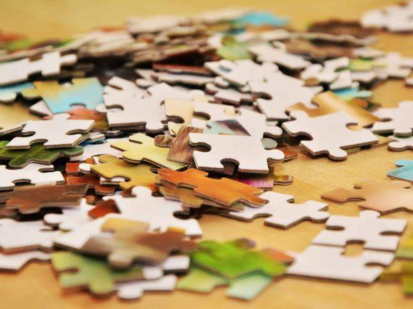 Peças de quebra-cabeça espalhadas e misturadas.
