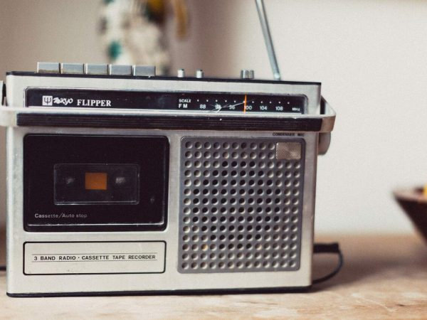Rádio portátil antigo em cima de uma mesa.