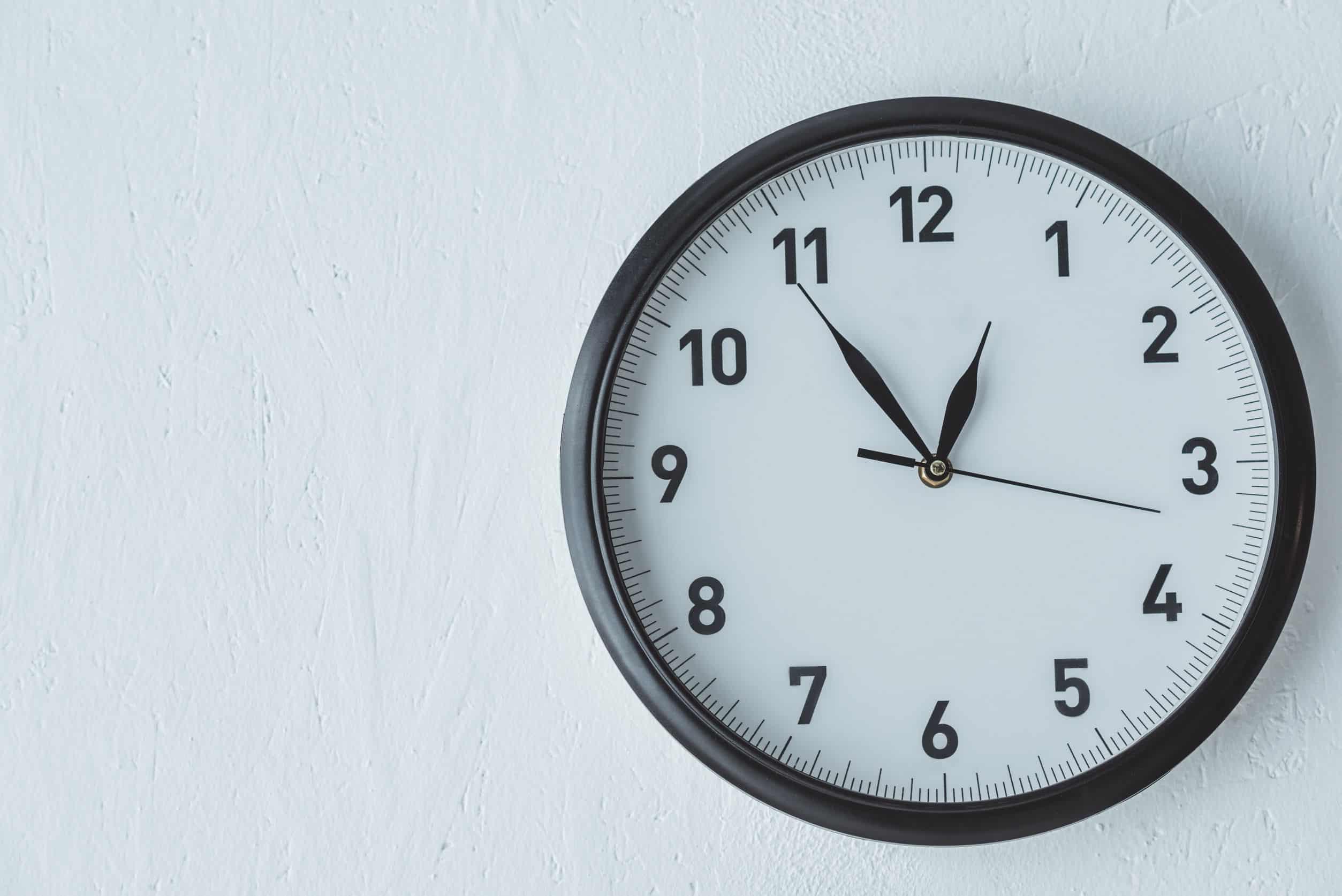 Imagem de relógio de parede preto e branco.