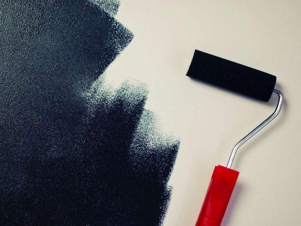 Imagem mostra um rolo de espuma e tinta espalhada sobre uma superfície.
