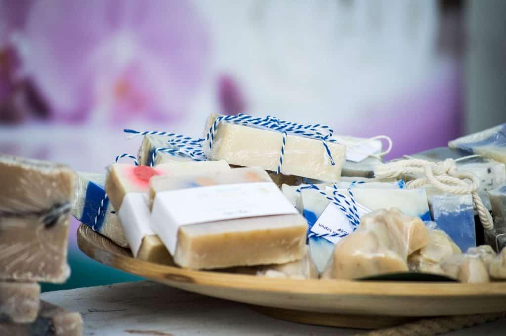 Imagem mostra alguns sabonetes dentro de uma recipiente.