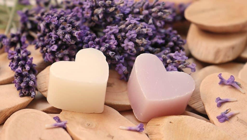 Imagem de dois sabonetes em formato de coração.