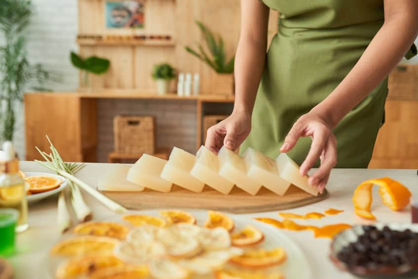 Imagem de mulher preparando sabonete de glicerina.
