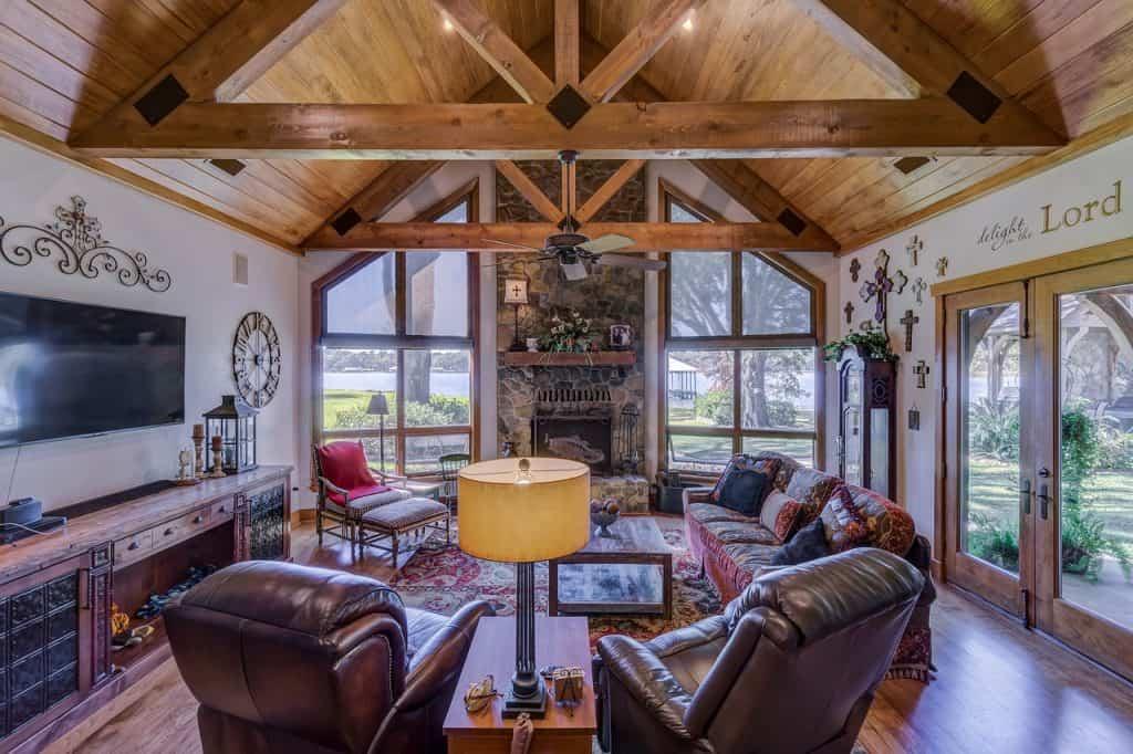 Imagem de uma sala de estar com duas poltronas reclináveis.