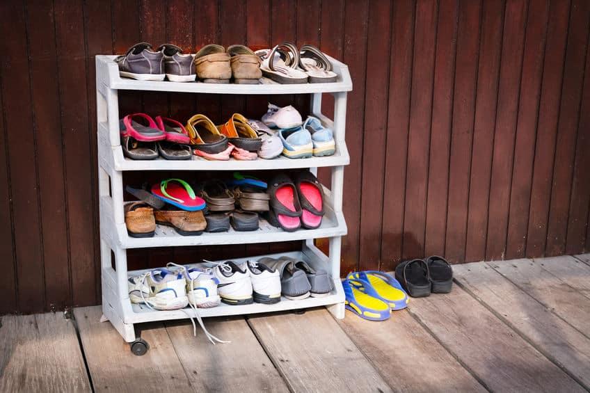 Foto de uma sapateira branca com calçados dentro.