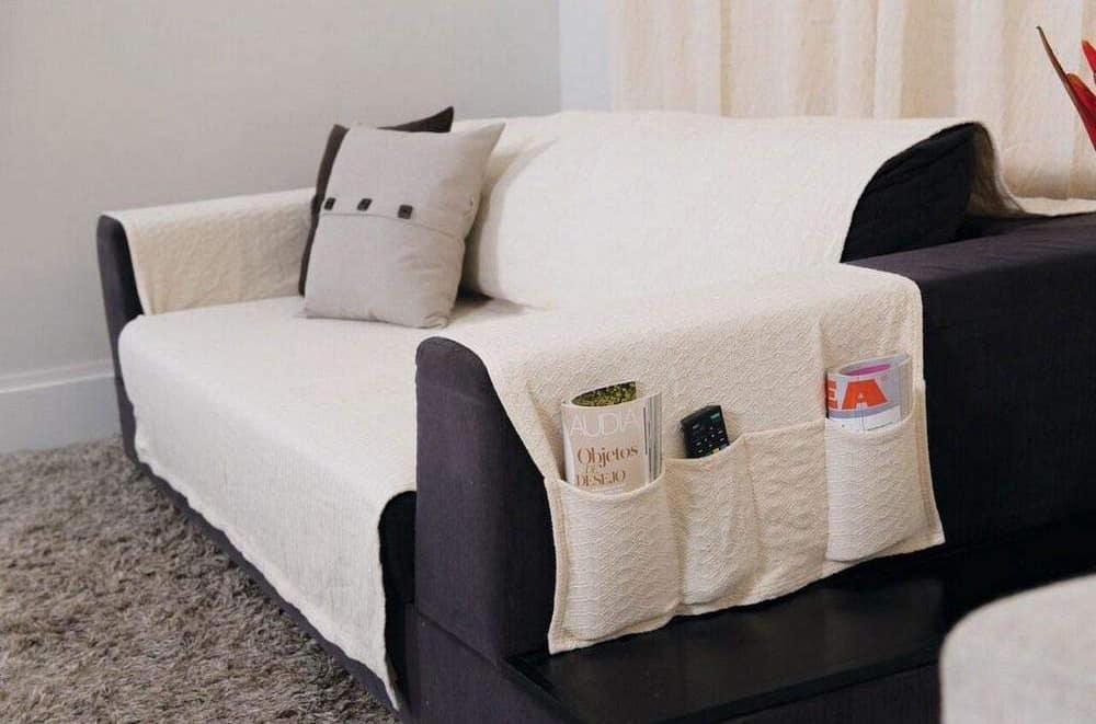 Sofá com capa com suporte para revista e controle.