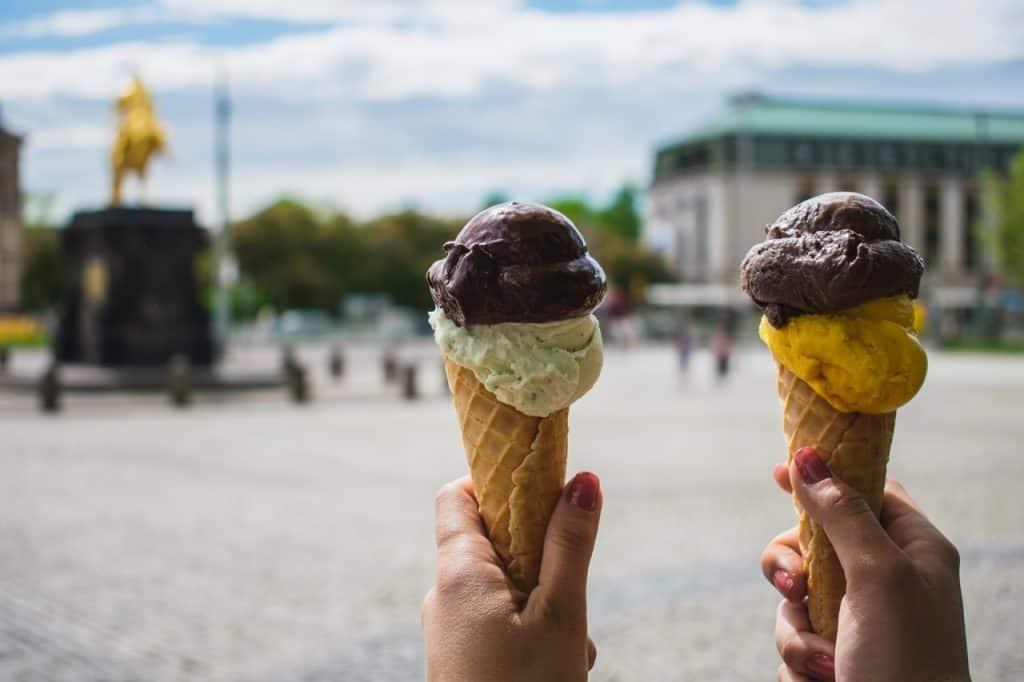 Imagem de dois sorvetes de cone.