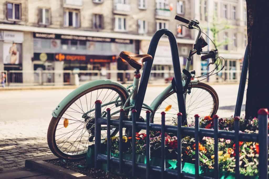 Imagem de bicicleta cadeada.