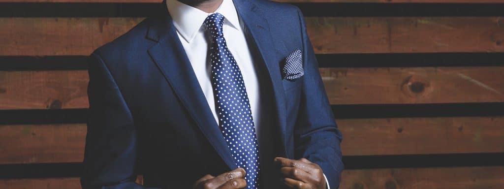 Homem com terno e gravata azul.