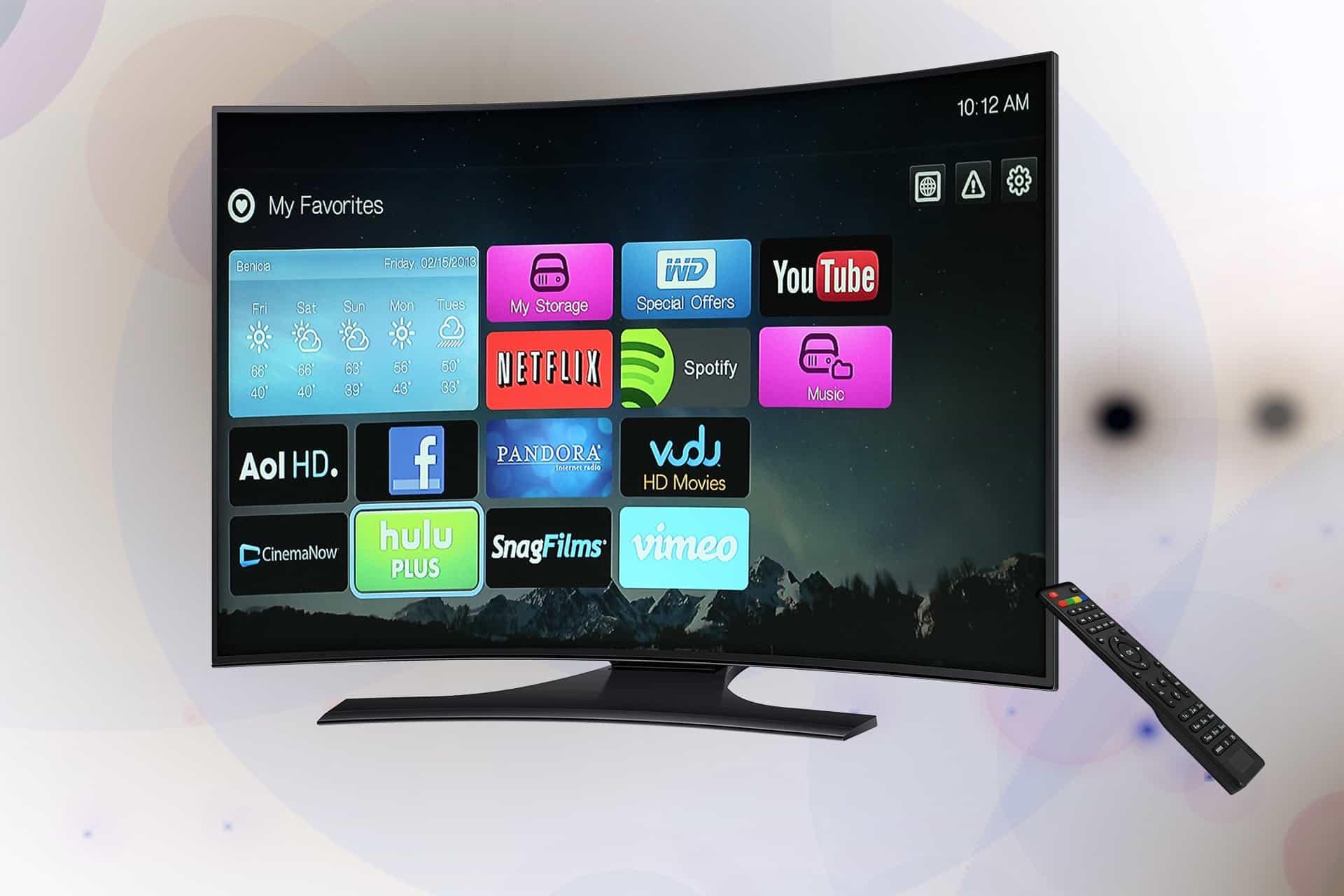 Smart TV de tela curva com controle remoto.