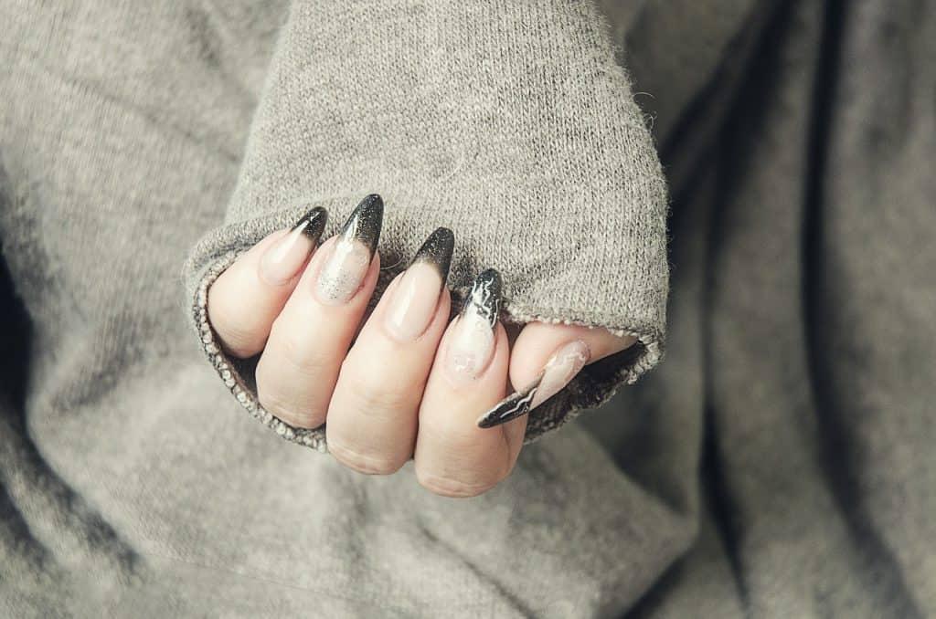 Imagem de unhas feitas com gel.