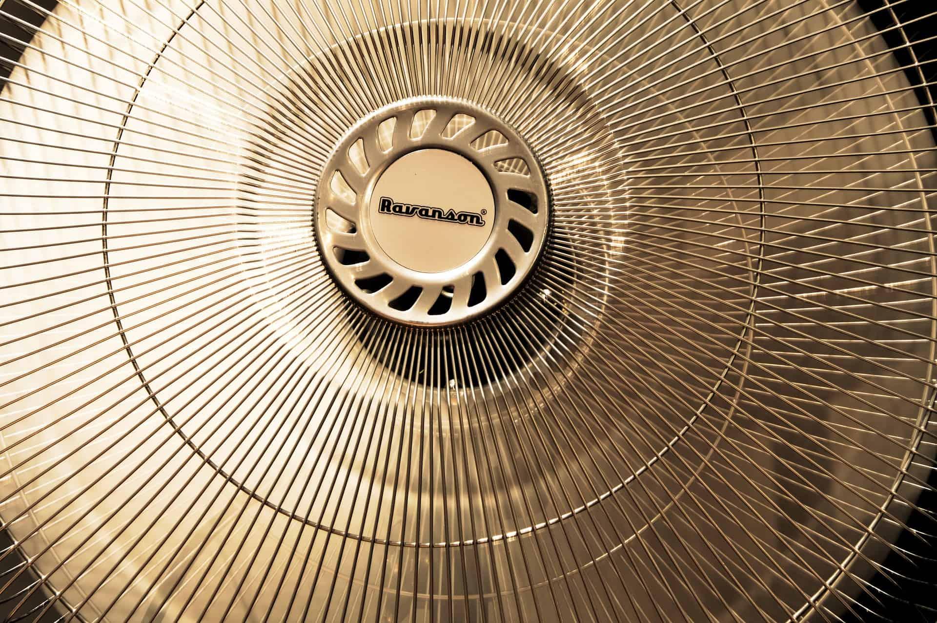 Imagem de ventilador de coluna ligado.