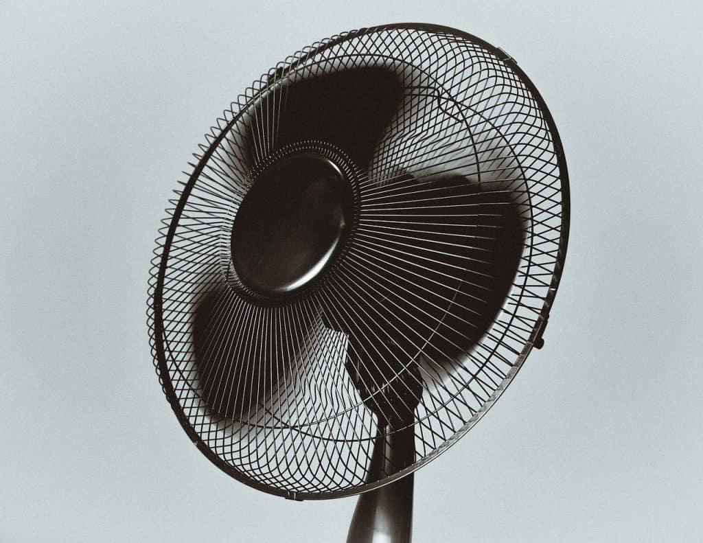 Imagem de ventilador preto ligado.