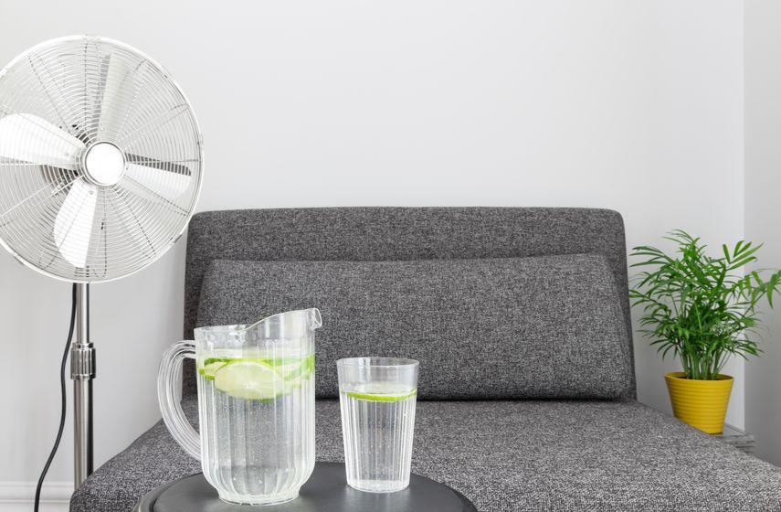 Imagem de ventilador coluna em sala de estar.