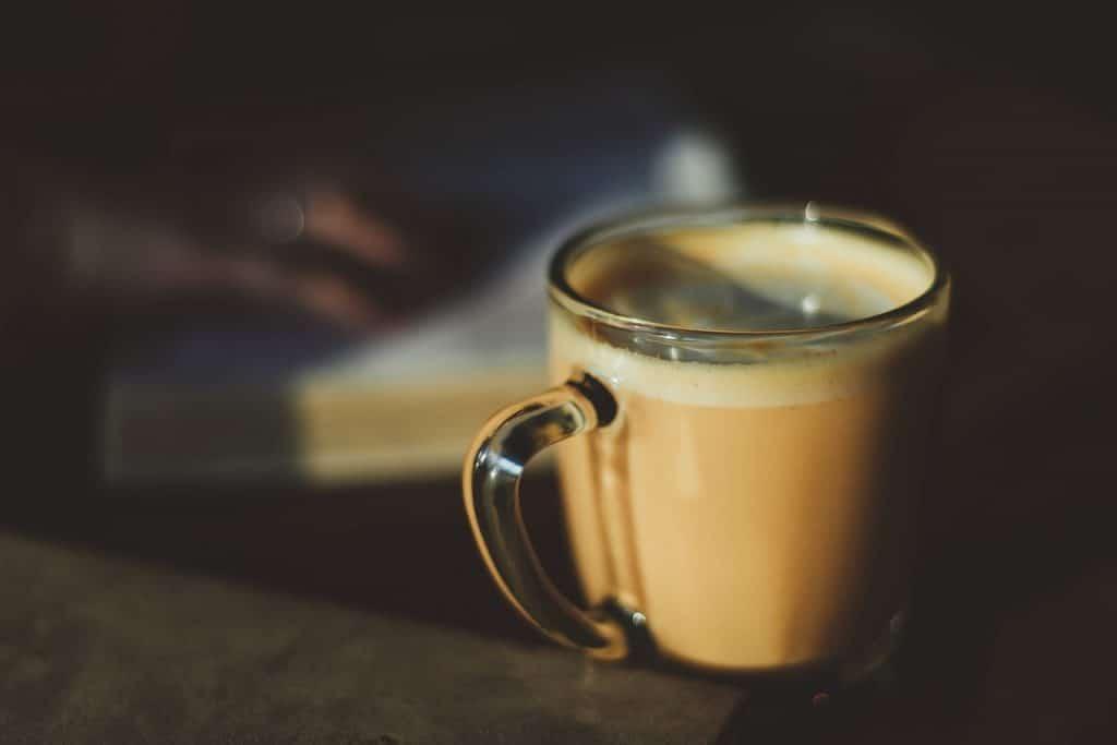 Xícara de café com leite.