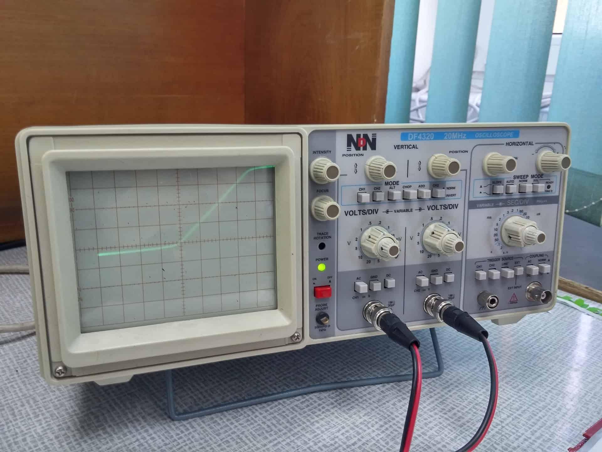 Osciloscópio clássico de bancada analógico.