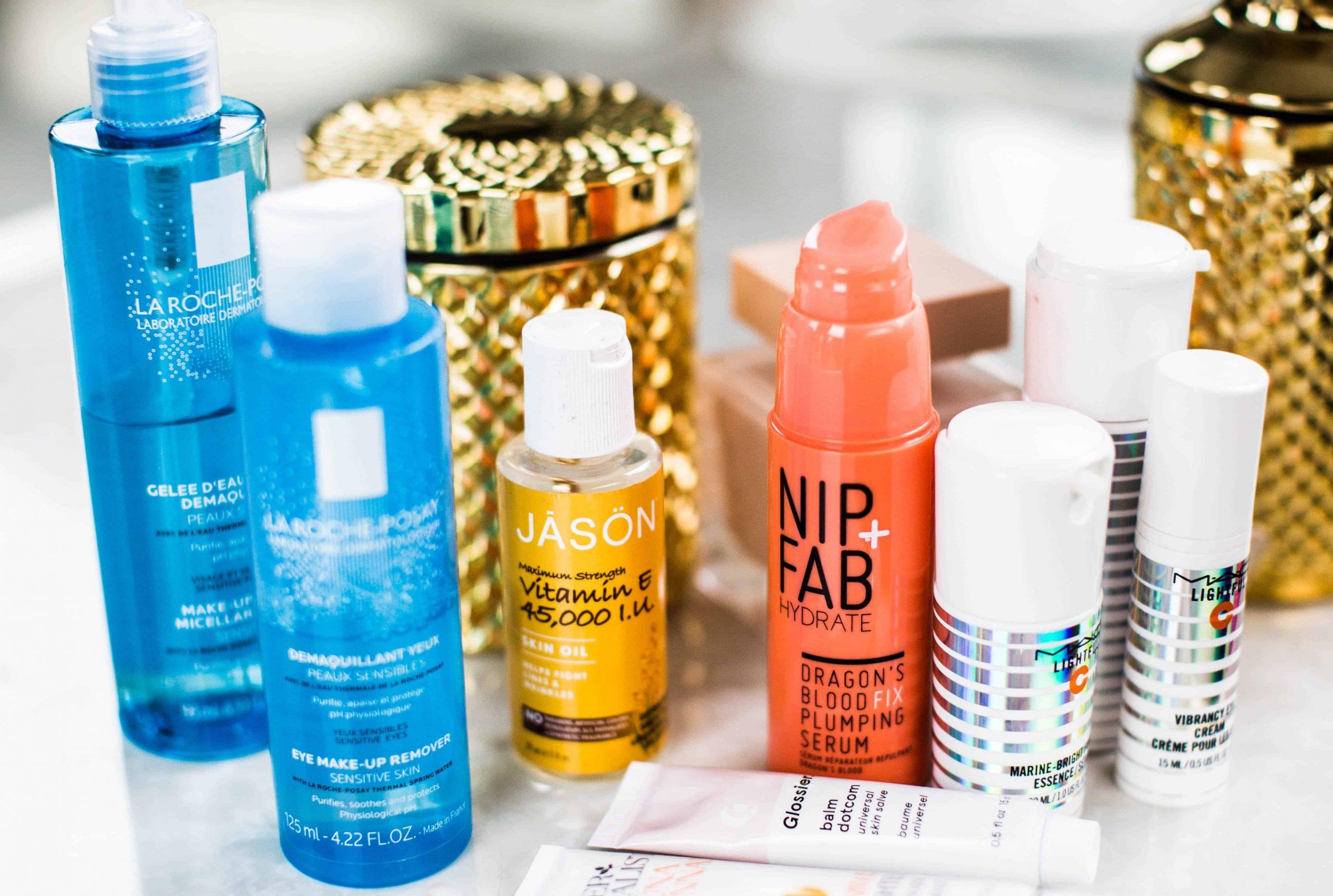 Frascos de cosméticos de tamanhos e cores diferentes.