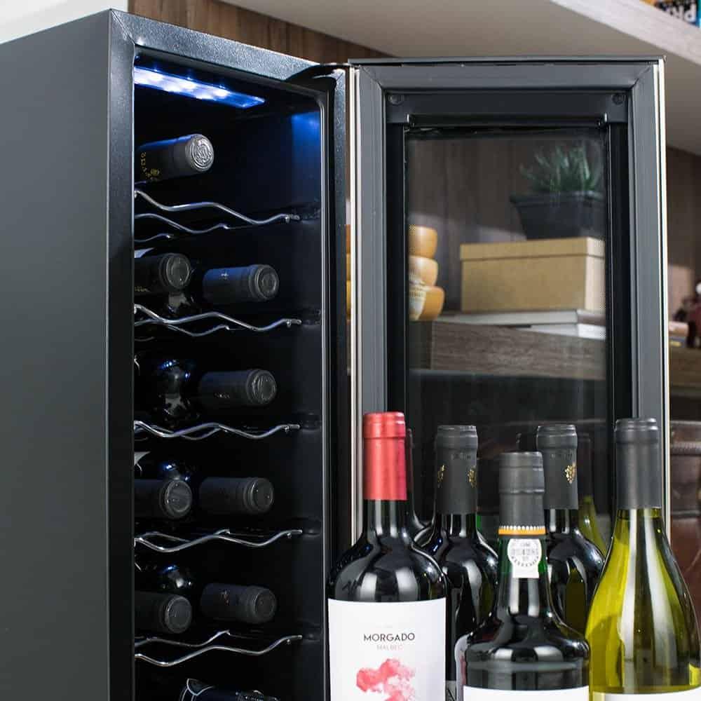 Adega com porta aberta e diversos vinhos dentro.